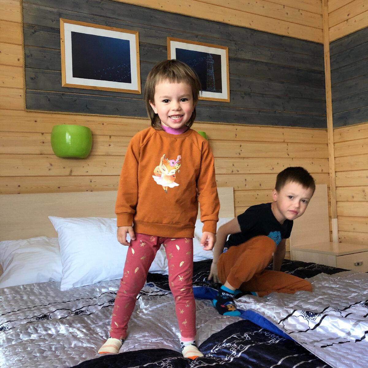 Мои выспавшиеся дети:) На фото номер «Стандарт» в морской тематике. В номере: кровать, тумбочки, шкаф для одежды, зеркало со столиком, холодильник, чайник и выход на открытую террасу с видом на Волгу