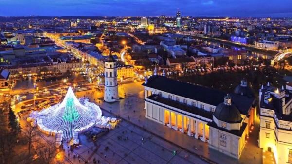 В центре Вильнюса поставили елку, украшенную 50 000 лампочек