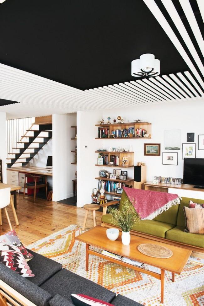 Интересный интерьер гостиной с черно-белым потолком