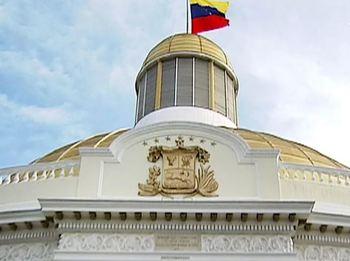 С похищенного полицейского вертолета в Венесуэле атаковали здание Верховного суда