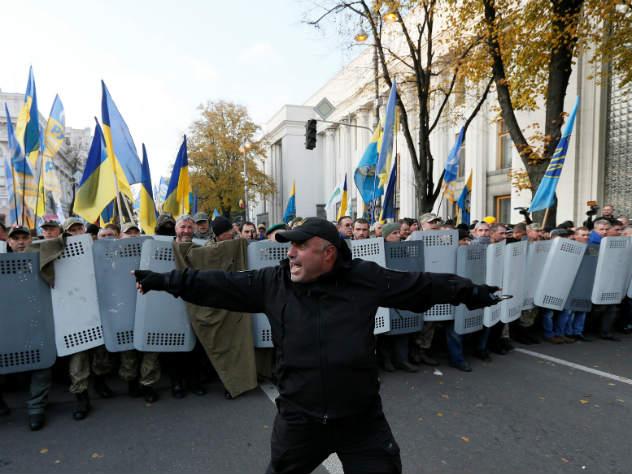 В Киеве спецназ штурмовал палатки протестующих у Верховной рады