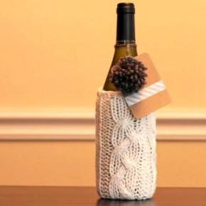 бутылка в рукаве вязаного свитера