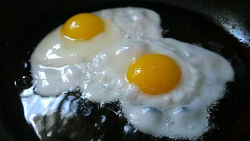 Жена готовит яичницу, на кухню вбегает жутко встревоженный муж…