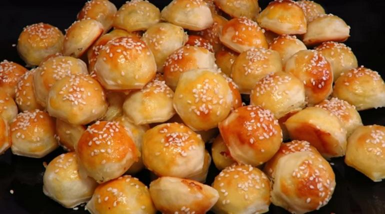 Шикарные мини пирожки с сыром и зеленью: закуска для болельщиков