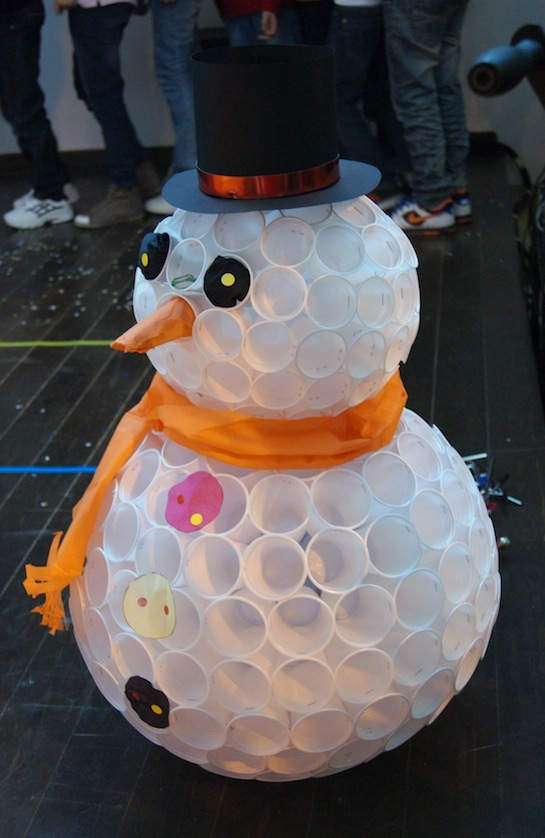 Снеговик из пластиковых стак…