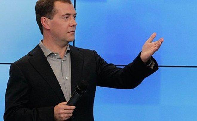 Медведев посоветовал недовольным зарплатой учителям заняться бизнесом