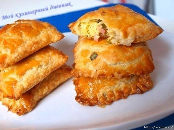 Пирожки из слоеного теста с зеленым луком, сыром и ветчиной — когда нужно быстро и очень вкусно!