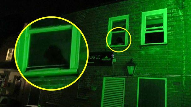 Призрак черного монаха попал на видео, мелькнув в окне закрытого паба