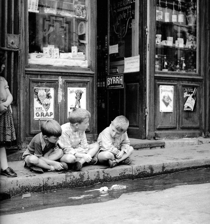 17. Запуск бумажных корабликов, Париж, 1950 год  детство, прошлое, фотография