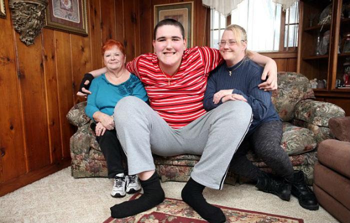 Американский юноша ростом 2,33 метра продолжает расти