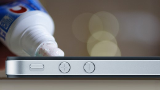 Как и чем быстро и легко удалить царапины с экрана смартфона?