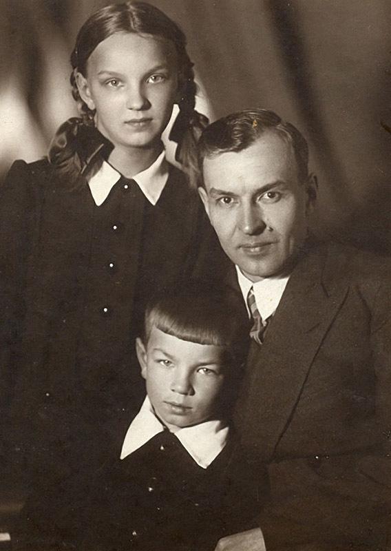 1103 Андрюша Вознесенский с папой Андреем Николаевичем и сестрой Наташей.jpg
