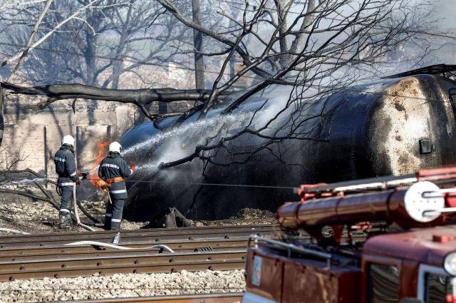 Последствия взрыва поезда с газовыми цистернами в Болгарии