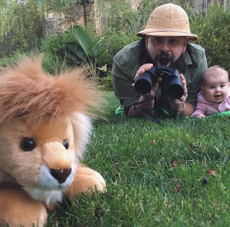 Папа делает весёлые фото с маленькой дочерью и они просто восхитительны дети, дочка, забавно, милота, прикол, родители, фото