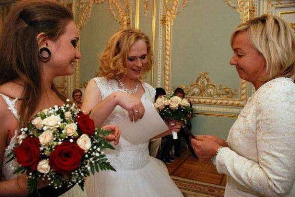 Первый официально зарегистрированный в России однополый брак узаконили
