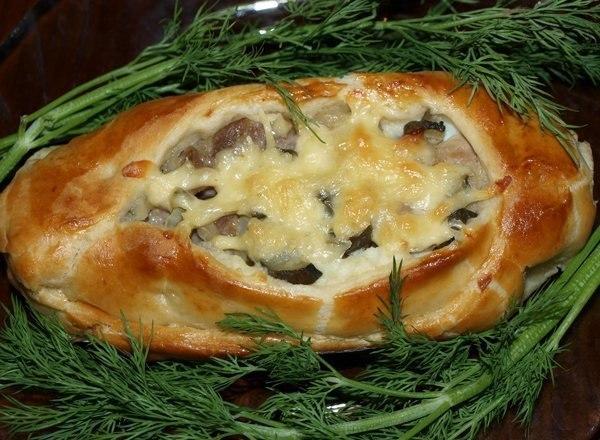 Прекрасный ужин за 15 минут — Лодочки из слоеного теста с картофелем, мясом и огурчиками