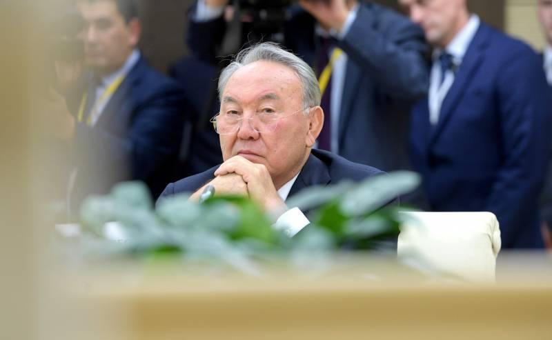 Перейти Казахстану на удобную латиницу внезапно помешал Назарбаев