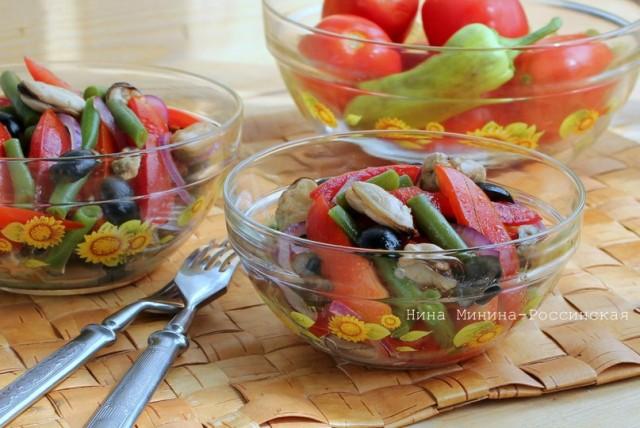 Салат с маринованными мидиями и помидорами