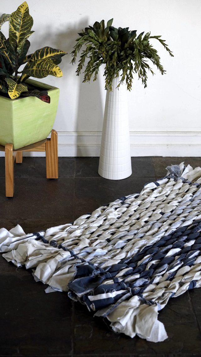 Плетем уютный коврик из остатков ткани своими руками