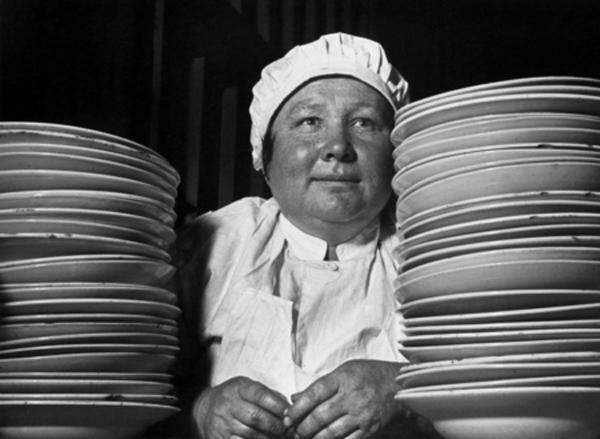 Назад в СССР: советская женщина в ресторане