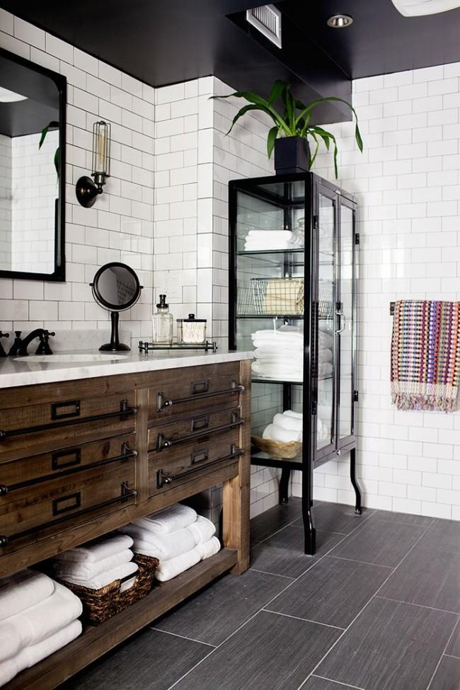 Ванная комната с черным глянцевым потолком