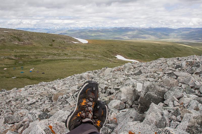 Внизу - лагерь, сзади - Укок, вдали - Южно-Чуйский хребет алтай, путешествия, россия, укок, фото