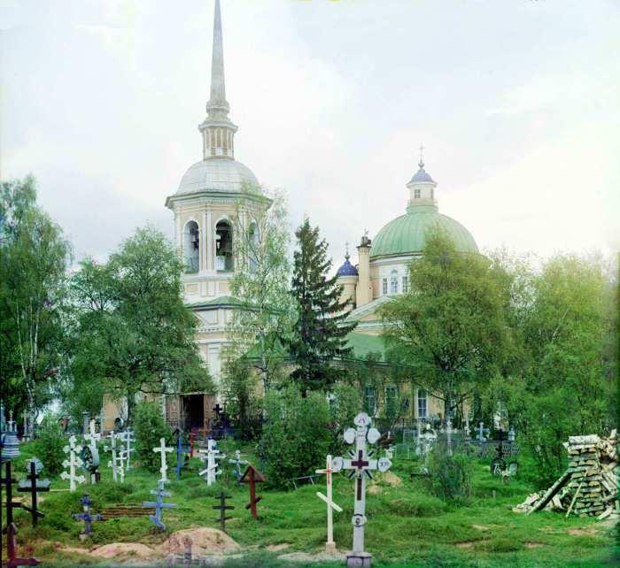 Кладбище на территории Крестовоздвиженской церкви в Осташково.