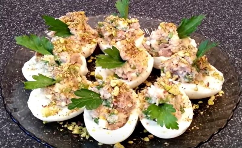 Закуски с морепродуктами, фаршированные яйца с печенью трески