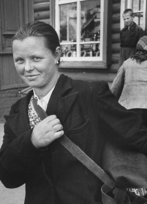 Женщина с сумкой возле магазина. СССР, Москва, 1956 год.