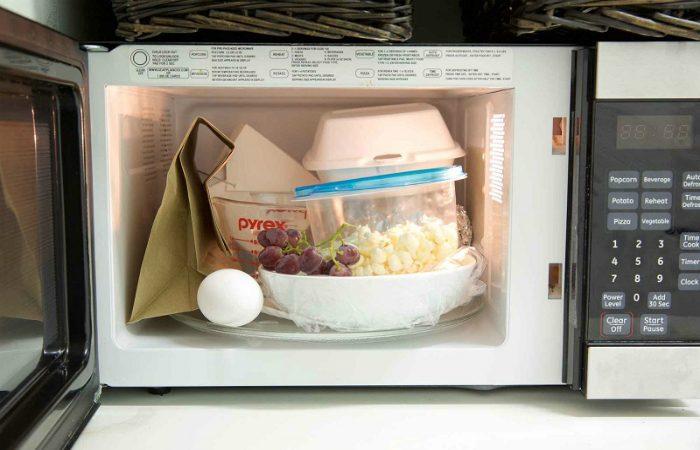 14 вещей, которые нельзя разогревать в микроволновке