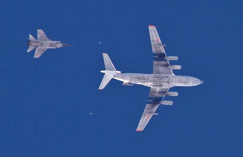 В небе над Липецком пилоты ВКС отрабатывают дозаправку в воздухе
