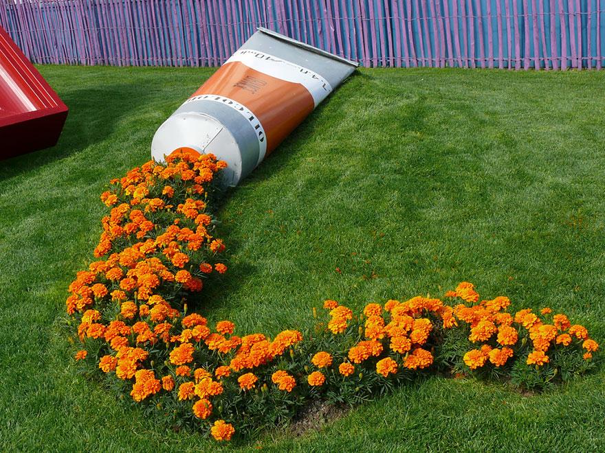 """Яркие цветы, """"пролитые"""" из цветочных горшков"""
