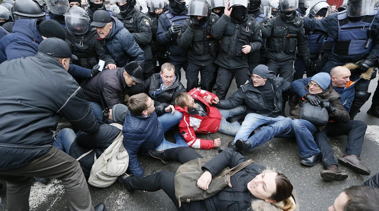 Арест Саакашвили: хроника событий, стихийный митинг, автомобиль с задержанным политиком заблокирован активистами