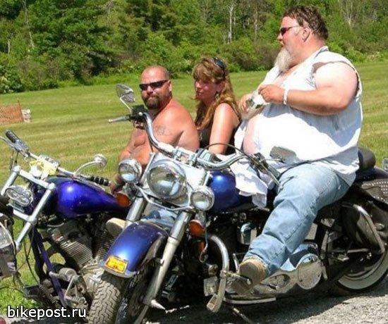 Заскорузлый мужичок в замасленной одежде сидит в ресторане «быстрого питания». Входят разодетые байкеры из банды «Ангелы Смерти».