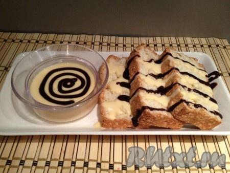 """Соус немного остужаем и подаем отдельно от бисквита или полив заранее. Я дополнительно полила пирог """"Пища ангелов"""" готовым шоколадный соусом."""