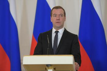 Медведев советует не надеяться на отмену санкций против РФ