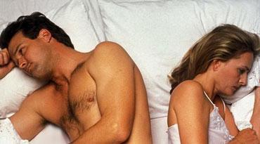 Мужчина и женщина лежат спинами в постели