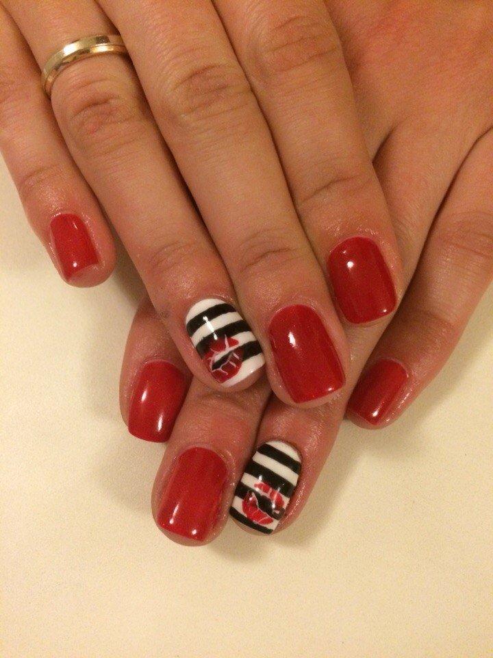 Дизайн коротких красных ногтей