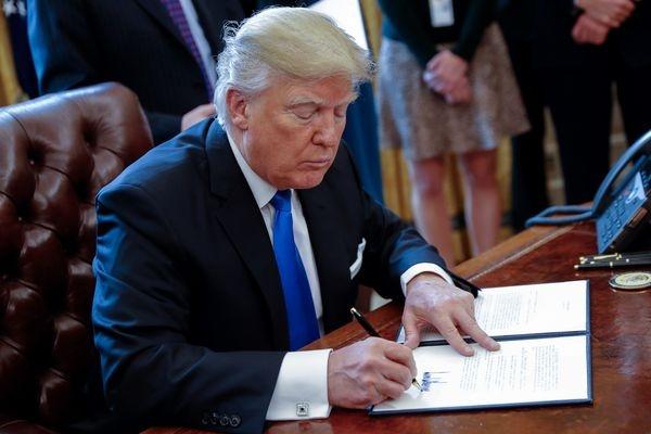 Трамп прервал паузу вработе правительства, подписав временный бюджет