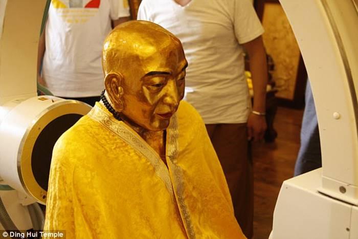 Этой золотой буддийской мумии 1000 лет, но у неё здоровые кости и целый мозг