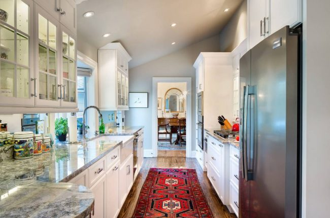 Проходная кухня-коридор в загородном доме