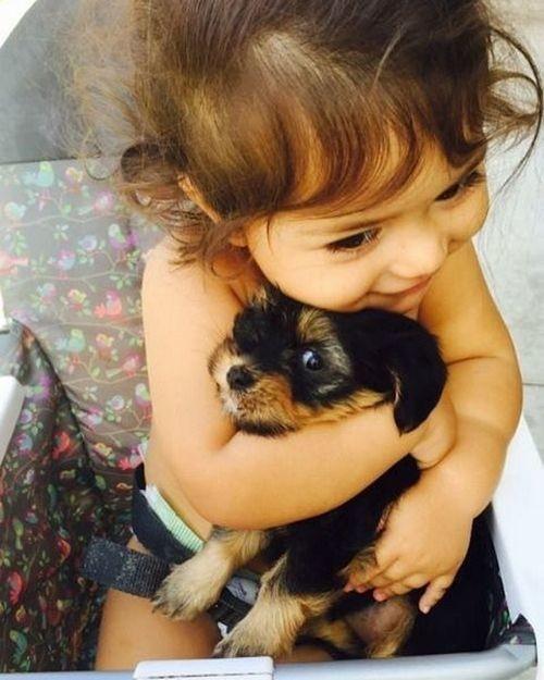 Малыши: трогательные фотографии детей и животных