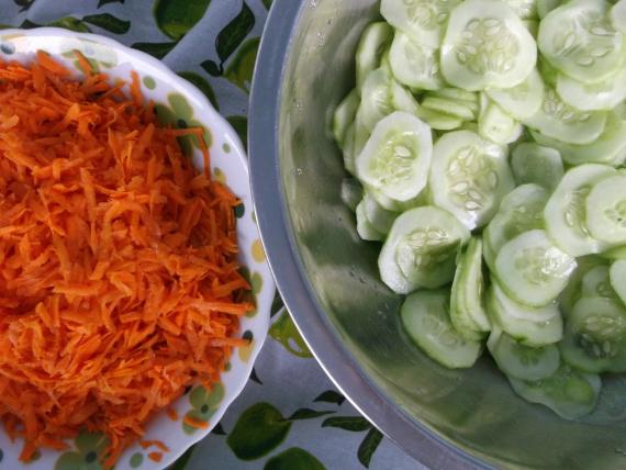 Салаты из огурцов и томатной пасты