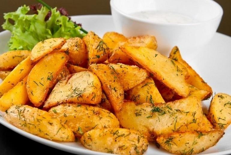 Самый вкусный картофель по-деревенски с сырным соусом