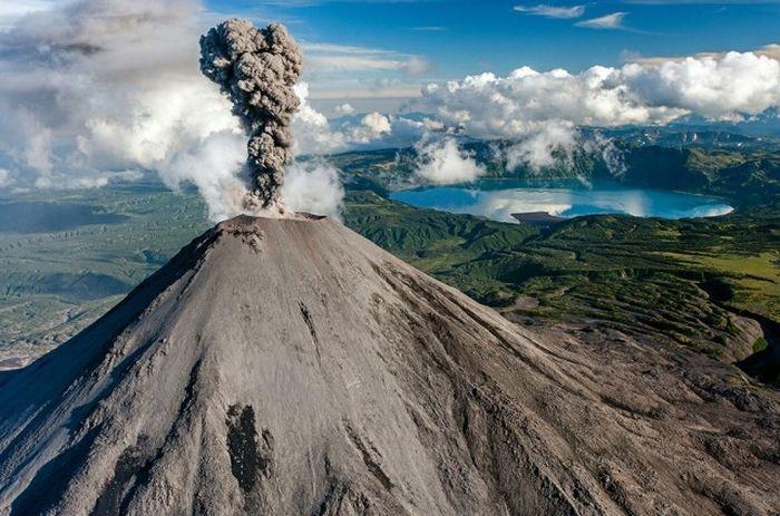 Лавы Карымского вулкана настолько вязкие, что огненные потоки не всегда достигают подножия вулкана.