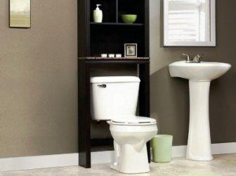 Полки, стеллаж или шкаф над унитазом: выгодное решение пространства и хранения
