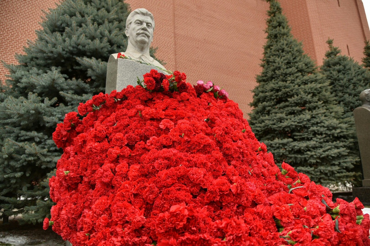 У могилы И.Сталина цветов больше !