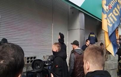 Радикалы замуровали вход в офис Сбербанка в Киеве. Видео