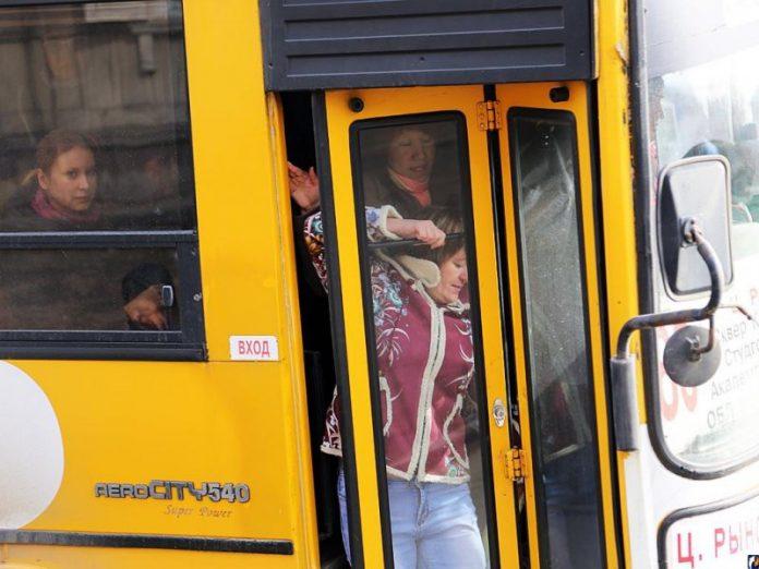Парень решил подшутить над пассажирами в автобусе! Прочти, что он сделал!