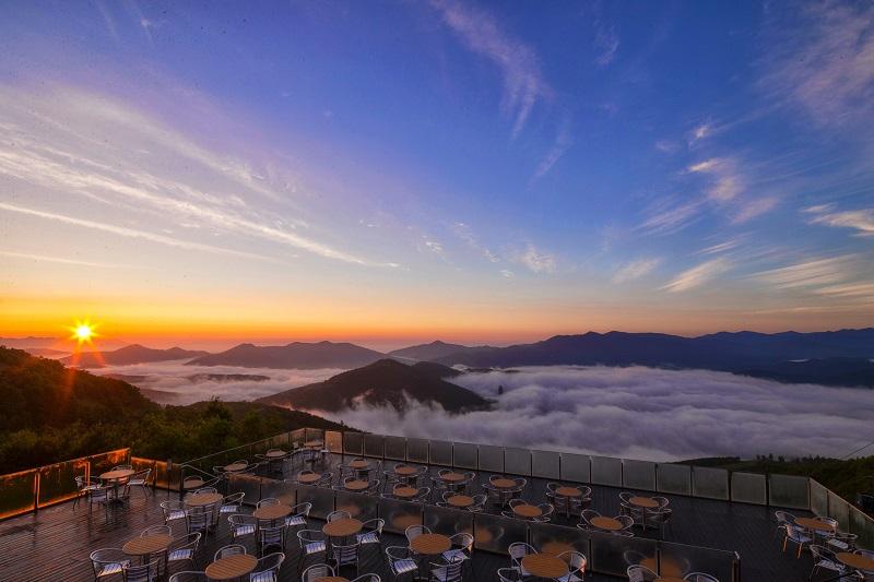 Популярная туристическая достопримечательность Японии — смотровая терраса над облаками